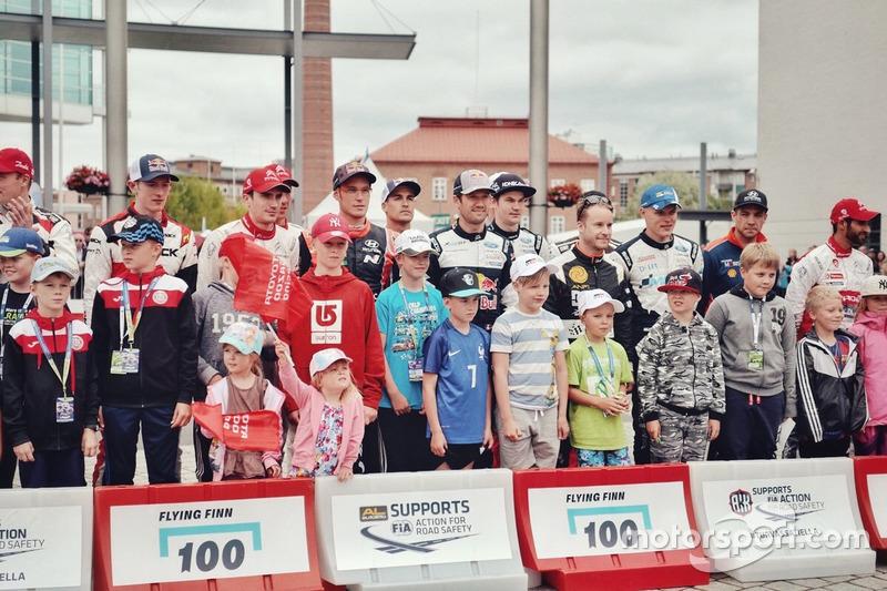 Los pilotos con niños en el Rally de Finlandia