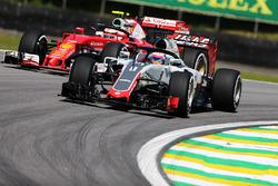 Ромен Грожан, Haas F1 VF-16, и Кими Райкконен, Ferrari SF16-H с установленной системой Halo