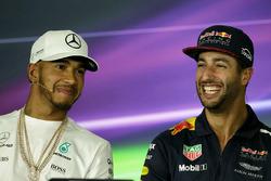 Lewis Hamilton, Mercedes AMG F1 with Daniel Ricciardo, Red Bull Racing