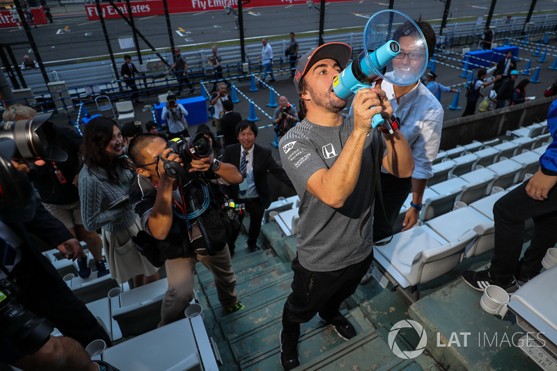 Fernando Alonso, McLaren talks, the fans using a megaphone