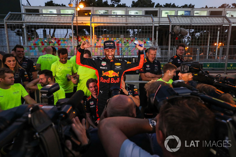 Ganador de la carrera Daniel Ricciardo, Red Bull Racing celebra con el equipo