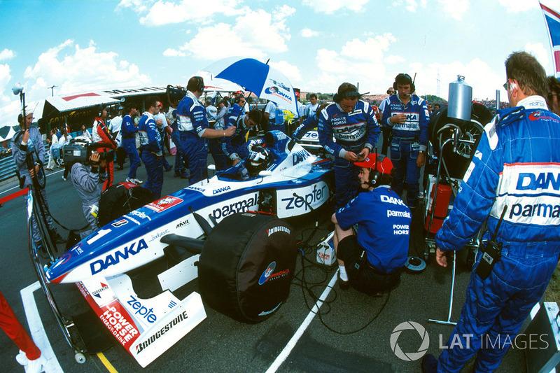 Por sinal, a modesta Arrows viveu ano incomum. Com grande atenção, já que tinha o campeão Damon Hill e o número 1 no seu carro, a equipe iniciou com um fiasco: Hill nem largou para a 1ª corrida do ano devido a um problema mecânico.