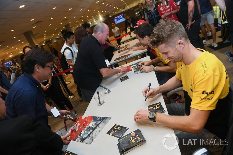 Nico Hülkenberg, Renault Sport F1 Team, und Jolyon Palmer, Renault Sport F1 Team, geben Autogramme