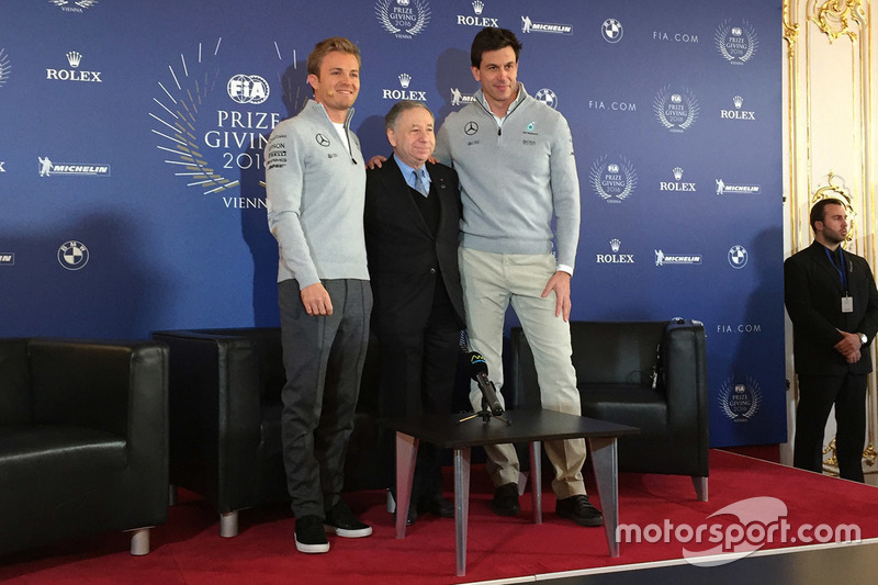 Nico Rosberg, Mercedes AMG F1, Jean Todt, Presidente de la FIA y Toto Wolff, Mercedes AMG F1 accioni