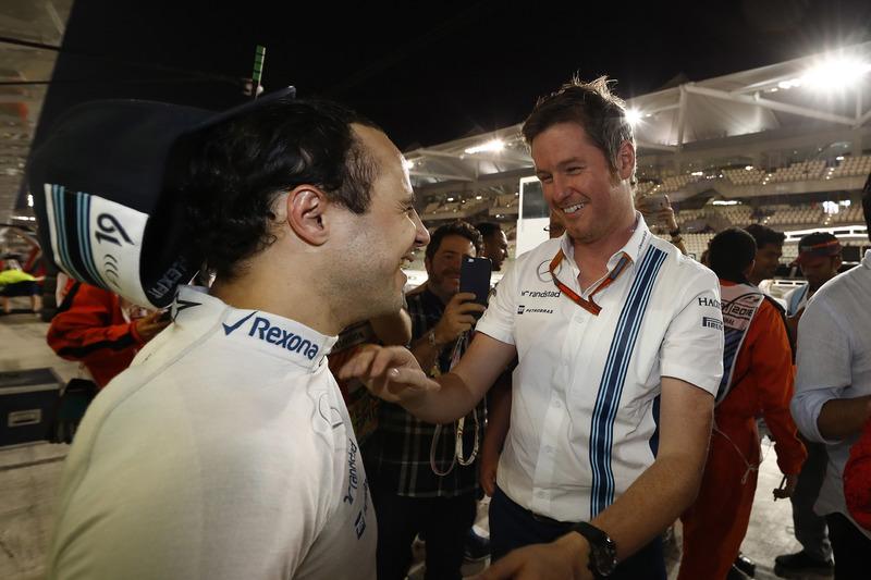 Rob Smedley, cabeza de rendimiento del vehículo, Williams y el equipo de decir un adiós encariñado a Felipe Massa, Williams, después de su última carrera para el equipo y en la F1