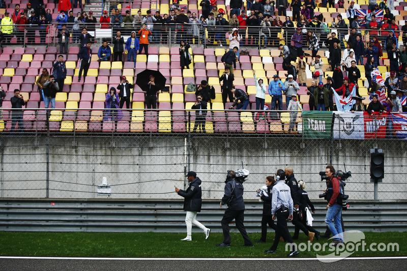 Lewis Hamilton, Mercedes AMG, regala cappellini autografati ai fan