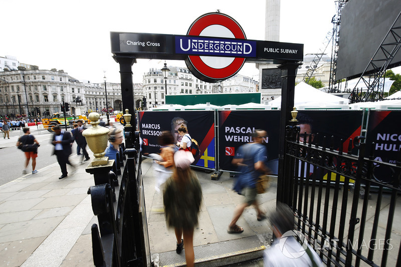 Charing Cross Underground girişinde pilotların pankartları