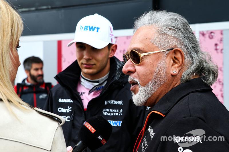 Естебан Окон і власник Force India Віджей Маллья