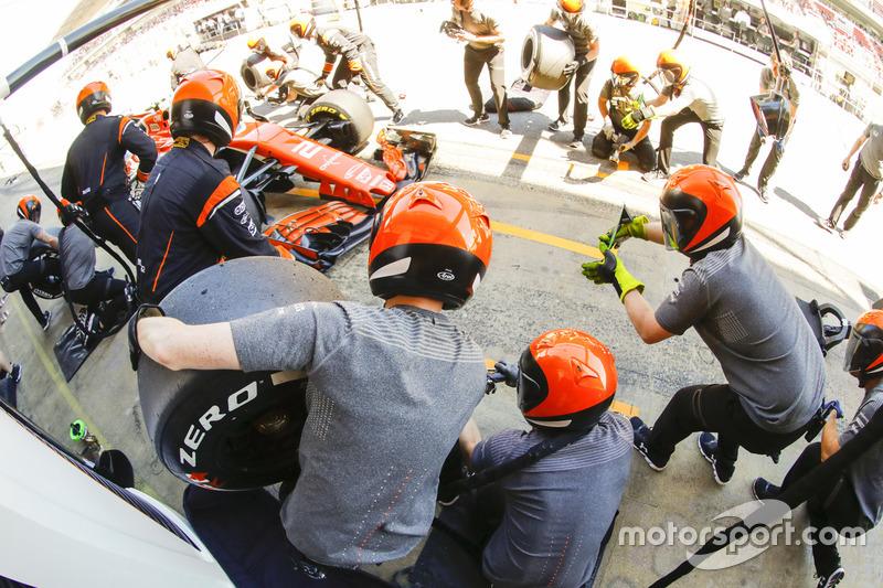 Stoffel Vandoorne, McLaren MCL32, comes in to the pits during practice