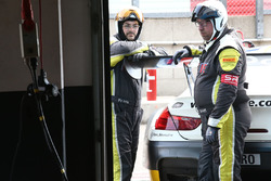 #99 Rowe Racing BMW M6 GT3, mechanic at work