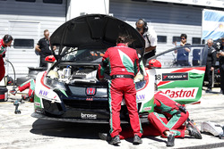 Mechanics of Tiago Monteiro, Honda Racing Team JAS, Honda Civic WTCC working on the car after crash