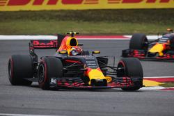 Max Verstappen, Red Bull Racing RB13, leads Daniil Kvyat, Scuderia Toro Rosso STR12