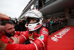 Sebastian Vettel, Ferrari, feiert mit seinem Team im Parc Ferme