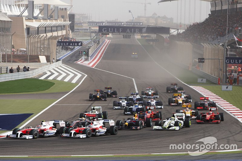 Timo Glock, Toyota TF109, Jarno Trulli, Toyota TF109, Lewis Hamilton, McLaren MP4-24 Mercedes, Jenson Button, Brawn GP BGP001 Mercedes, Sebastian Vettel, Red Bull Racing RB5 Renault, head into the first corner