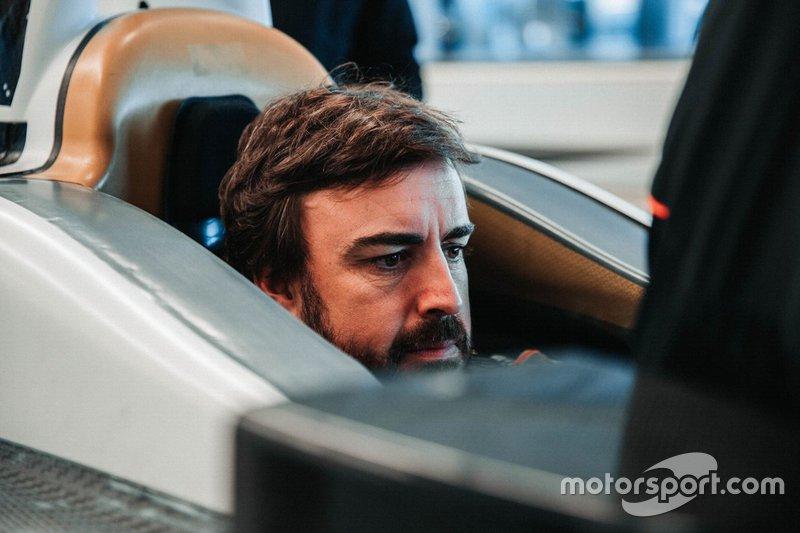 Fernando Alonso moule son baquet pour l'Indy 500
