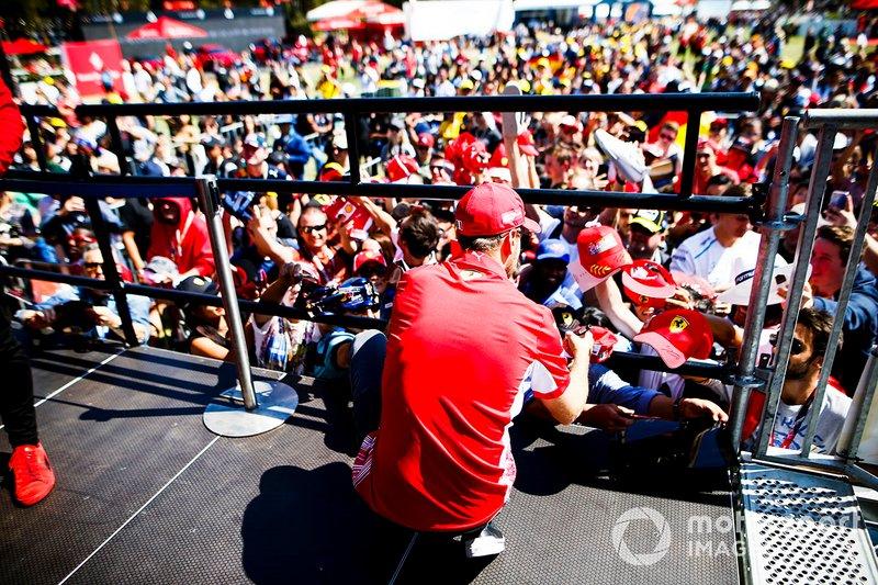 Sebastian Vettel, Ferrari, firma autografi