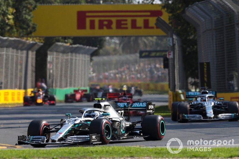 Valtteri Bottas, Mercedes AMG W10 precede Lewis Hamilton, Mercedes AMG F1 W10 alla partenza della gara