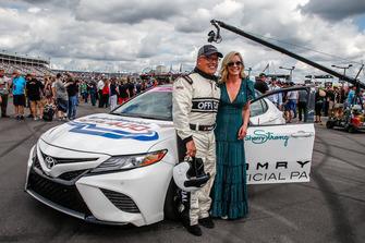 Brett Bodine con Sherry Pollex, fidanzata di Martin Truex Jr., Furniture Row Racing, Toyota Camry Auto-Owners Insurance, e la Toyota Camry pace car che guiderà al via della gara
