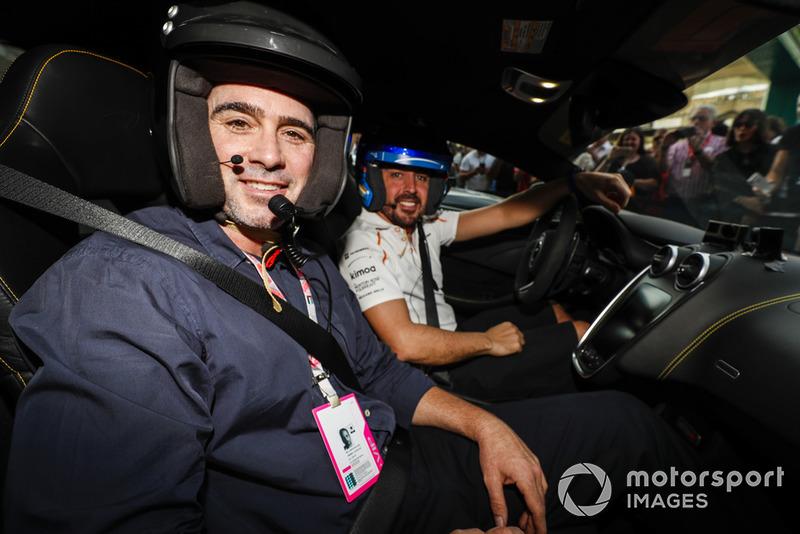 Le pilote de NASCAR Jimmie Johnson fait un Hot Lap avec Fernando Alonso, McLaren