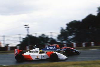 Ayrton Senna, McLaren Ford MP4/8 pasa a Eddie Irvine, Jordan Hart J193
