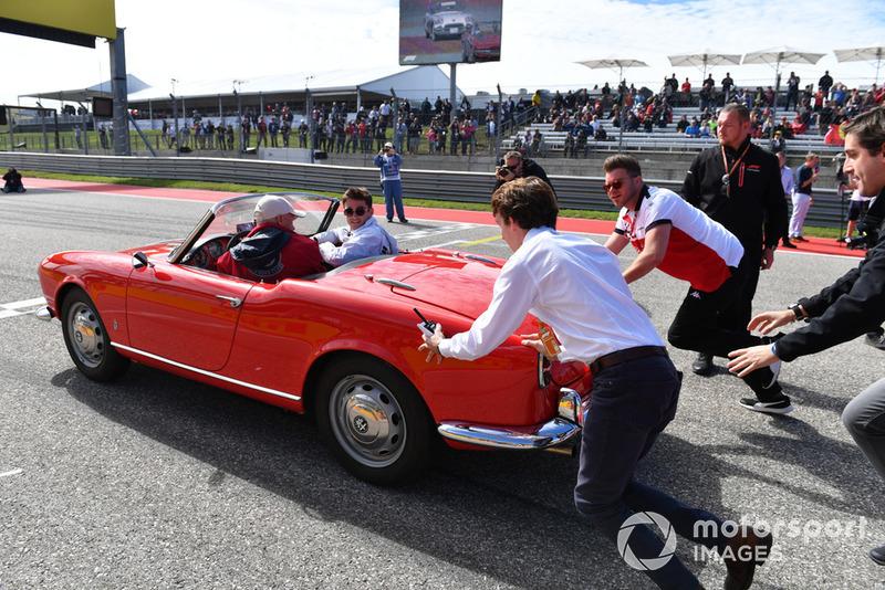 La macchina di Charles Leclerc, Sauber viene spinta per la drivers parade