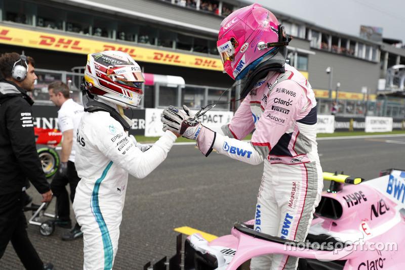 Lewis Hamilton, Mercedes AMG F1, y Esteban Ocon, Racing Point Force India VJM11