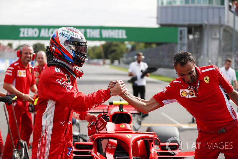 Pole pozisyonu galibi Kimi Raikkonen, Ferrari kutluyor