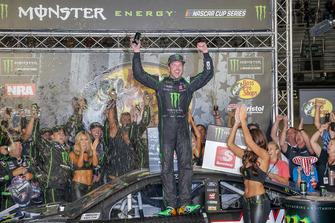 Il vincitore della gara Kurt Busch, Stewart-Haas Racing, Ford Fusion Monster Energy / Haas Automation