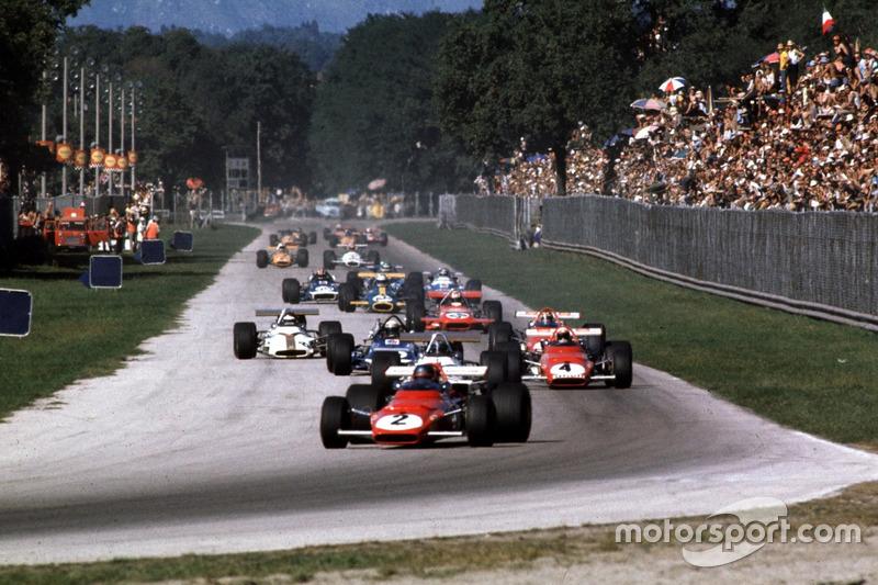 Jacky Ickx, Ferrari 312B devant Pedro Rodriguez, BRM, Clay Regazzoni, Ferrari 312B et le reste du peloton dans la Parabolique