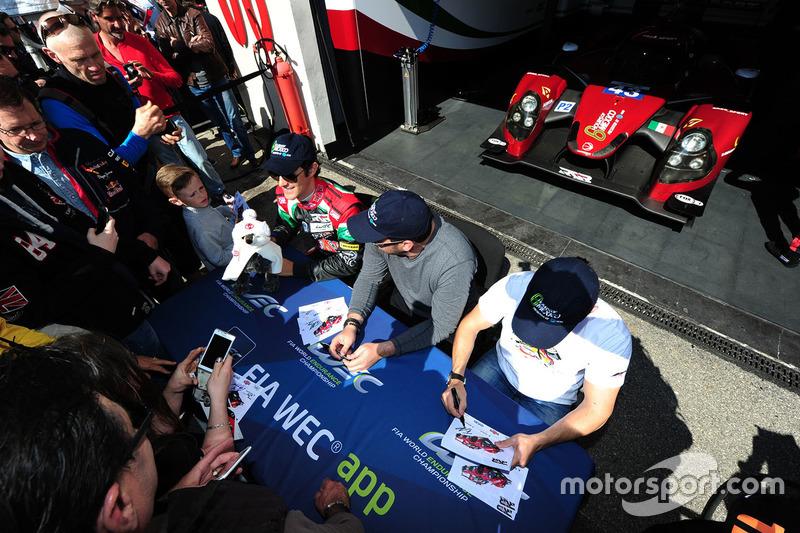 #43 RGR Sport by Morand Ligier JSP2 - Nissan: Ricardo Gonzalez, Filipe Albuquerque, Bruno Senna  firma autógrafos para los fans