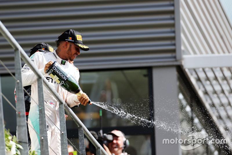 Lewis Hamilton, Mercedes AMG F1 festeggia il suo terzo posto con lo champagne sul podio