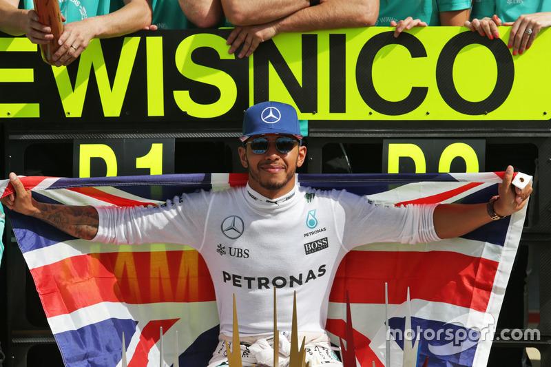 Il vincitore della gara Lewis Hamilton, Mercedes AMG F1 festeggia con il team