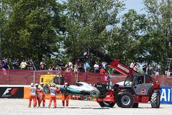 Машину Mercedes AMG F1 W07 Hybrid сошедшего с гонки Нико Росберга, Mercedes AMG F1 убирают из гравийной ловушки