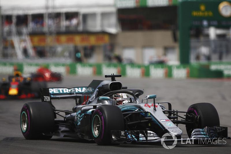 Lewis Hamilton, Mercedes AMG F1 W09, precede Daniel Ricciardo, Red Bull Racing RB14 e Kimi Raikkonen, Ferrari SF71H