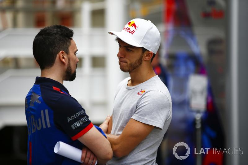 Pierre Gasly, Toro Rosso, habla con un colega