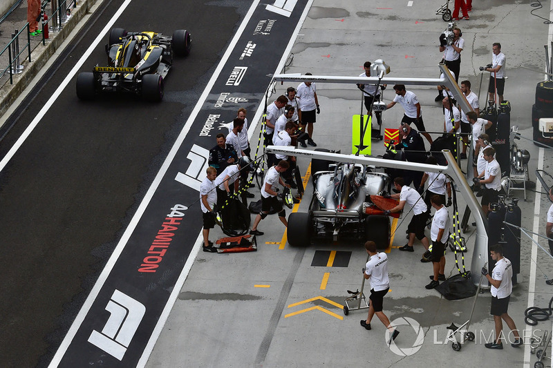 Lewis Hamilton, Mercedes-AMG F1 W09 y Nico Hulkenberg, Renault Sport F1 Team R.S. 18