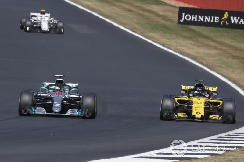 Lewis Hamilton, Mercedes-AMG F1 W09 dépasse Carlos Sainz Jr., Renault Sport F1 Team R.S. 18