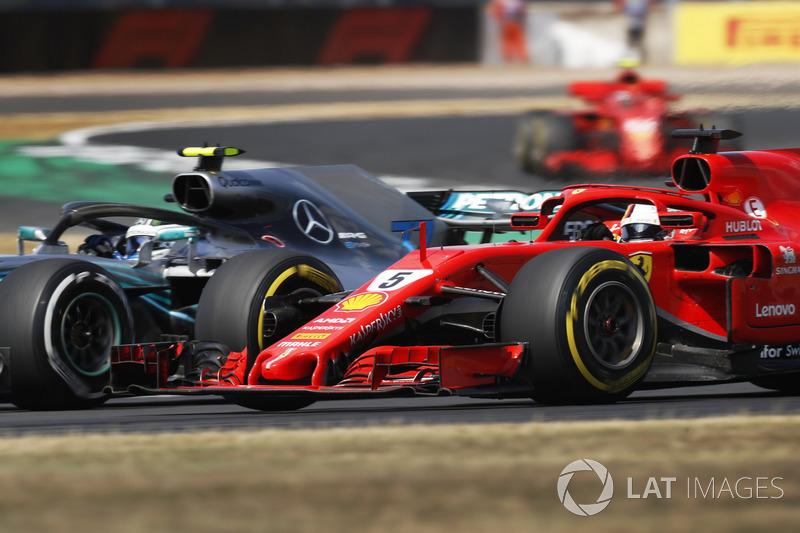 Valtteri Bottas, Mercedes AMG F1 W09, se bat avec Sebastian Vettel, Ferrari SF71H