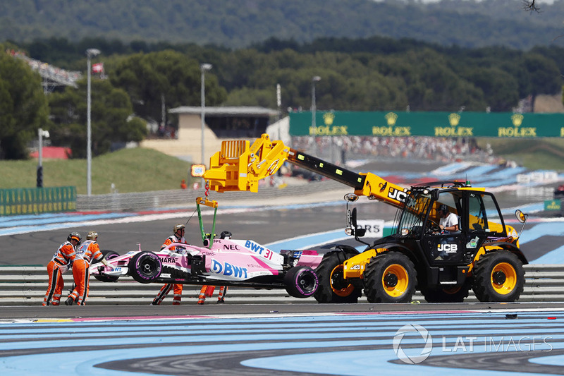 Esteban Ocon's Force India VJM11, es removido