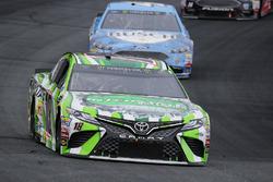 Kyle Busch, Joe Gibbs Racing Toyota, precede Kevin Harvick, Stewart-Haas Racing Ford