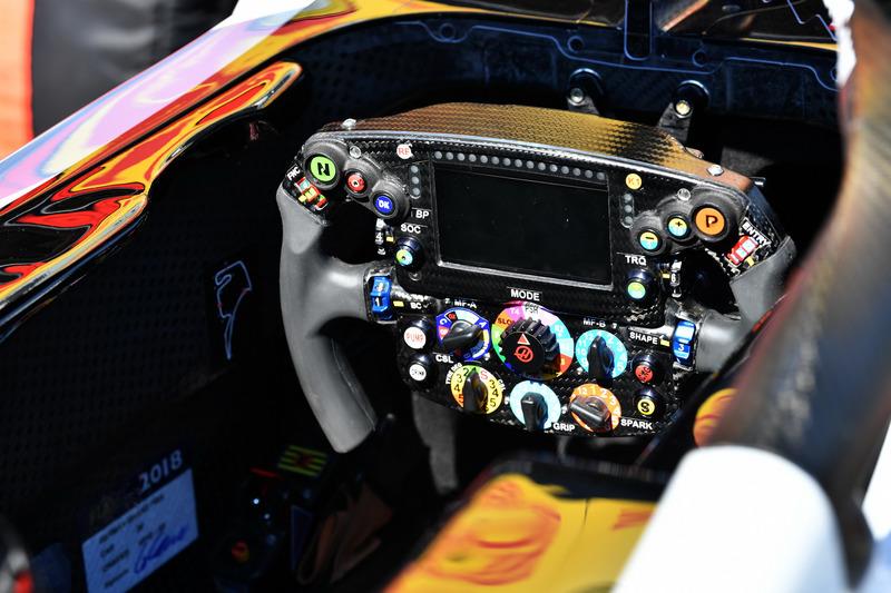 Haas F1 Team VF-18, kormány