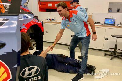 Гонщики Hyundai в расположении команды