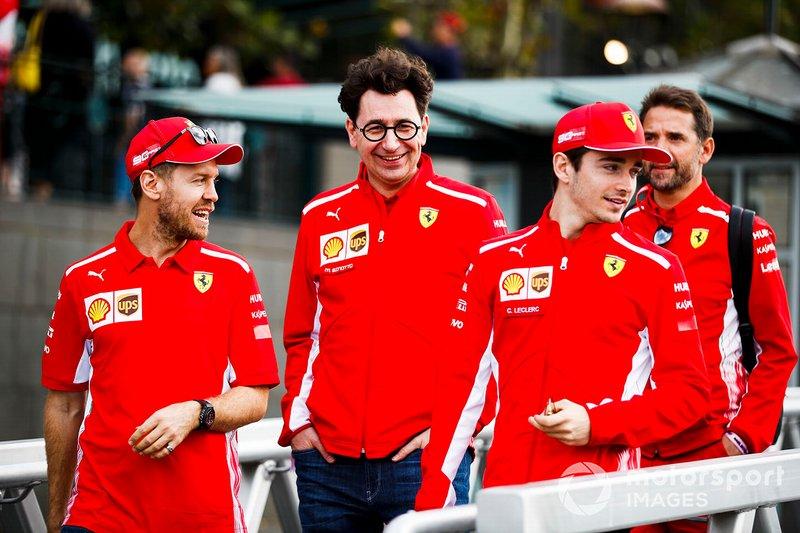 Sebastian Vettel, Ferrari, Mattia Binotto, Team Principal Ferrari e Charles Leclerc, Ferrari, si dirigono verso l'evento a Federation Square