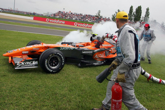 Christijan Albers, Spyker F8-VII retires with the fuel hose stuck in his car
