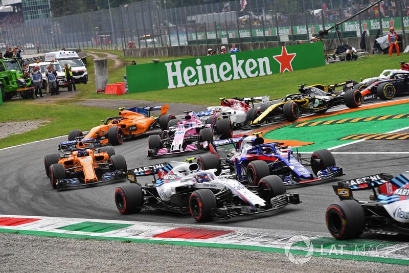 Sergey Sirotkin, Williams FW41, Pierre Gasly, Scuderia Toro Rosso STR13, Fernando Alonso, McLaren MCL33 y Sergio Perez, Racing Point Force India VJM11 al inicio