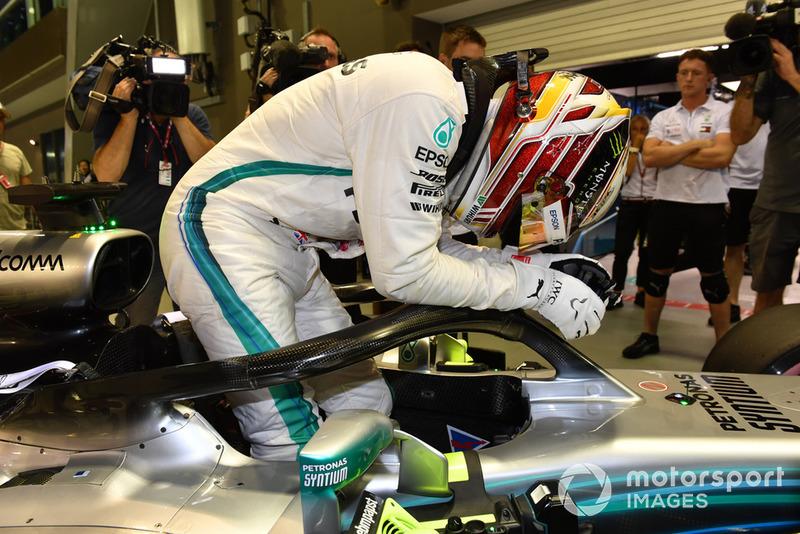 Le poleman Lewis Hamilton, Mercedes-AMG F1 W09 fête sa pole position dans le Parc Fermé