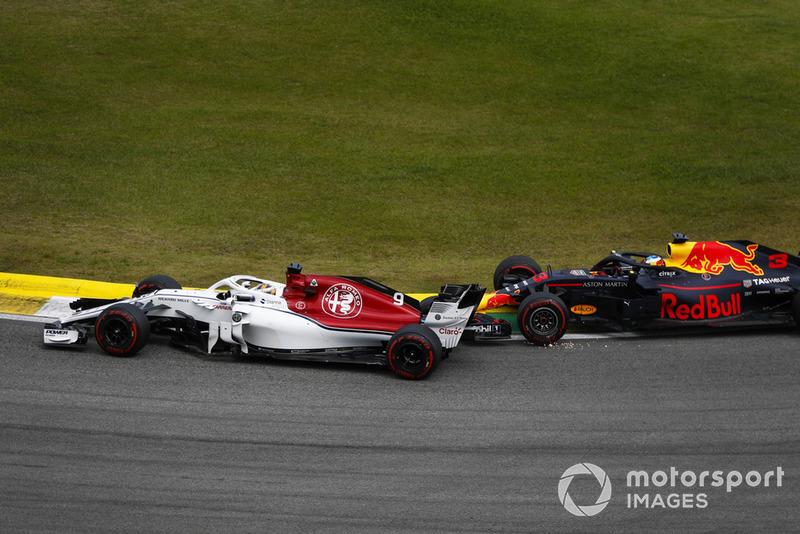 Daniel Ricciardo, Red Bull Racing RB14, touche Marcus Ericsson, Sauber C37.