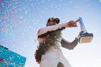 Des confetti tombent sur le troisième, Sam Bird, Envision Virgin Racing, sur le podium