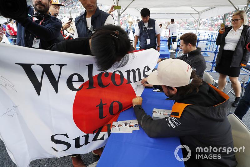 Fernando Alonso, McLaren, Firma una enorme bandera japonesa con un mensaje de los fans.