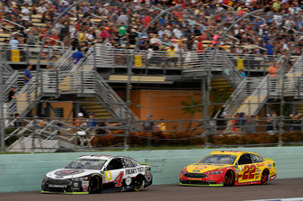 Kevin Harvick, Stewart-Haas Racing, Ford Fusion Jimmy John's e Joey Logano, Team Penske, Ford Fusion Shell Pennzoil